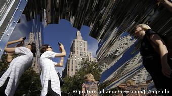 Besucher machen Handyfotos vom spiegelnden Durchgang des Washington Square Archs (Foto: picture-alliance/newscom/J. Angelillo)