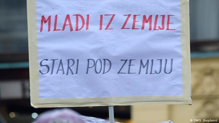 Prosvjed umirovljenika u Zagrebu sa plakatom Mladi iz zemlje, stari pod zemlju