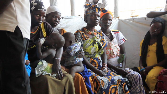 A group of young mothers at a clinic in northern Uganda (DW/S. Oneko)