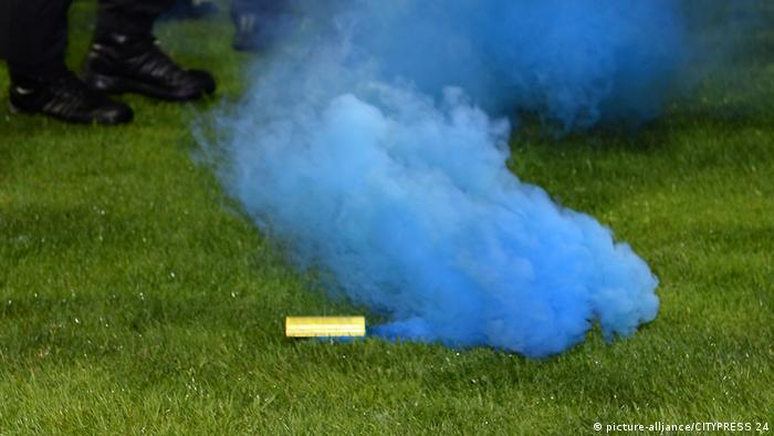 Nebelkerze auf einem Fußballrasen (picture-alliance/CITYPRESS 24)