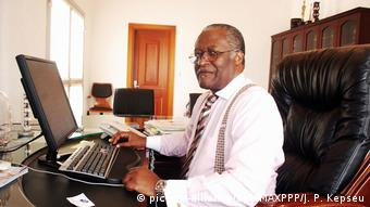 Cameroon's olitician Akere Muna in front of a laptop in his office (picture-alliance/dpa/MAXPPP/J. P. Kepseu)