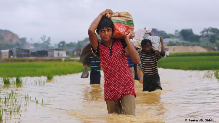 کشور پرجمعیت و آسیایی بنگلادش بیش از همه از بالا آمدن آب دریاها در معرض تهید است. افزایش تنها یک متری سطح دریا کافی است تا ۳۰ هزار کیلومتر مربع از مناطق ساحلی بنگلادش به زیر آب فرو رود و ۱۵ میلیون انسان را آواره کند.