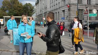 Волонтеры команды Курца раздают листовки перед выборами в центре Вены, Австрия