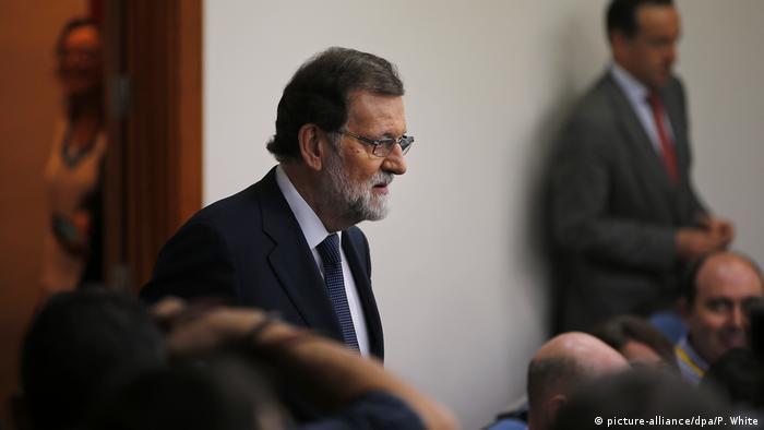 El Gobierno español lamentó la respuesta elusiva que dio hoy a su ultimátum el jefe del Ejecutivo catalán, Carles Puigdemont, y le recordó que tiene plazo hasta el jueves para volver a la legalidad. (16.10.2017).