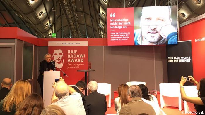 Frankfurter Buchmesse Ahmet Sik bekommt Raif Badawi Preis (DW/H.Schenk)