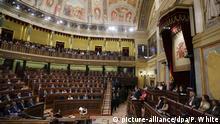 11.10.2017*** Der spanische Ministerpräsident Mariano Rajoy (M, unten) spricht am 11.10.2017 in Madrid (Spanien) im spanischen Parlament. Rajoy sagte, er lehne die Vermittlungsangebote in der Katalonien-Krise ab und fordere die Einhaltung der spanischen Gesetze und appelliert einen Tag nach der Unterzeichnung der Unabhängigkeitserklärung des katalanischen Parlaments an das spanische Parlament. (zu dpa «Rajoy leitet Entmachtung von Kataloniens Regierung ein» vom 11.10.2017) Foto: Paul White/AP/dpa +++(c) dpa - Bildfunk+++  