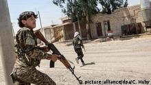 ©Chris Huby / Le Pictorium/MAXPPP - Chris Huby / Le Pictorium - 05/07/2017 - Syrie / Rojava / Raqqa - Syrie / Raqqa / Quartier Ouest / Hawi al-Hawa / Frontline. Des combattants arabes se faufilent dans les ruelles du quartier pour aller deloger les possibles derniers combattants de Daesh. Ils se mettent a courir lorsqu'il y a de grands axes, pour eviter que les snipers de Daesh ne puissent les viser. Plusieurs groupes arabes de la FDS (Forces democratiques syriennes) sont installes dans des maisons reprises a Daesh. Cette unite appartient a Liwa Al-Tharir (ndlr : la brigade de la liberte), une brigade de combattants arabes qui a decide d'en decoudre avec les fanatiques de l'EI. Chris Huby / Le Pictorium - SYRIE / The Freedom Katiba against RAQQA / LIWA AL TAHRIR - 05/07/2017 - Syria / Rojava / Raqqa - Syria / Raqqa / West District / Hawi al-Hawa / Frontline. Arab fighters sneak into the streets of the neighborhood to dislodge the possible last fighters of Daesh. They start running when there are major routes, to avoid the Daesh snipers from targeting them. Several Arab groups of the SDF (Syrian Democratic Forces) are installed in houses taken over in Daesh. This unit belongs to Liwa Al-Tharir, a brigade of Arab fighters who decided to fight with the fanatics of the EI. Foto: Chris Huby / Le Pictorium/MAXPPP/dpa |