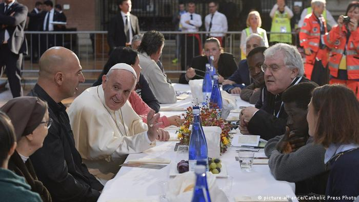 Papst Franziskus Mittagessen mit Armen in Bologna (picture-alliance/Catholic Press Photo)