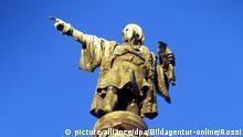 spain, barcelona, columbus monument. . Am südlichen Ende der Ramblas steht auf der Placa Portal de la Pau eine Statue von Christoph Kolumbus mit ausgestrecktem Arm, der aufs Meer hinaus zeigt | Verwendung weltweit, Keine Weitergabe an Wiederverkäufer.