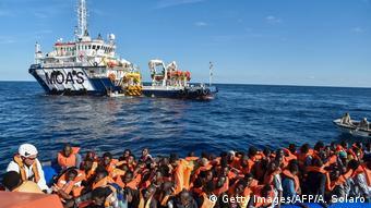 Libyen Migranten und Flüchtlinge auf einem Schlauchboot (Getty Images/AFP/A. Solaro)