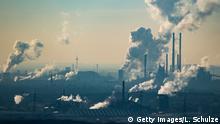 Deutschland Dampf und Abgase der Chemiefirma Oxea