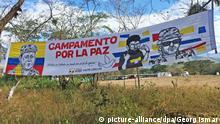 ARCHIV- Ein Banner mit der Aufschrift «Campamento por La Paz» («Camp für den Frieden») hängt am 03.03.2017 zwischen zwei Bäumen am Eingang des Farc-Entwaffnungscamps, nahe dem Dorf Cornejo im Departement La Guajira im Norden Kolumbiens. (Zu dpa Farc-Rebellen haben 41 Minderjährige an Unicef übergeben vom 01.04.2017) Foto: Georg Ismar/dpa +++(c) dpa - Bildfunk+++ | Verwendung weltweit