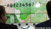 Die russische Zentralbank stellt am 12.10.17 in Moskau die neue 200 Rubel-Banknote mit Motiven der annektierten Schwarzmeerhalbinsel Krim vor. (zu dpa Russland führt neue Geldscheine mit Krim-Motiven ein vom 12.10.2017) Foto: Emile Ducke/dpa +++(c) dpa - Bildfunk+++ | Verwendung weltweit