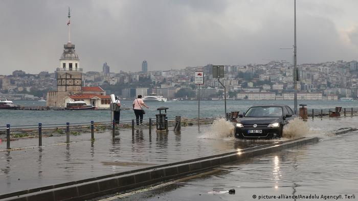 Türkei Istanbul im Regen, Überschwemmung Sommer 2017 (picture-alliance/Anadolu Agency/I. Terli)
