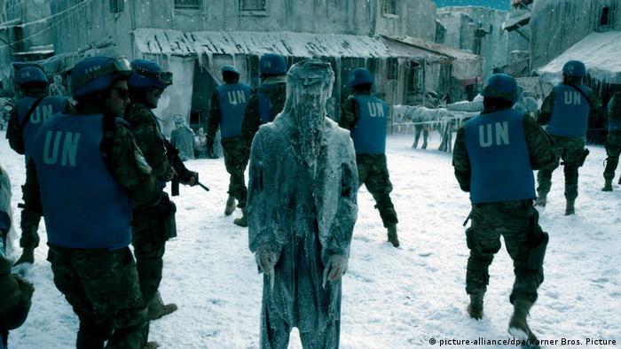 In einer Szene des Films Geostorm durchsuchen Soldaten ein eingefrorenes Areal. In der Mitte steht ein eingefrorener Mensch.