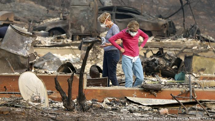 Two women, sort through the rubble of the property in Napa, California (picture-alliance/AP Photo/San Jose Mercury News/R. Chavez)