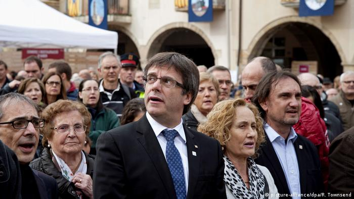 Spanien Carles Puigdemont bei einer Demonstration in Amer (picture-alliance/dpa/R. Townsend)
