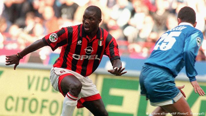 George Weah playing for Italy's AC Milan (picture-alliance/AP Photo/C. Fumagalli)