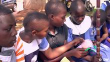 Mädchen in Uganda lernen über umweltfreundliche Damenbinden. Screenshot von eco@africa Sendung Nummer 81