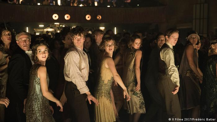 Flappers and men dancing in a club (X Filme 2017/Frédéric Batier)