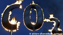 ARCHIV - ILLUSTRATION - Der mit Gas gespeiste Schriftzug «CO2» brennt am Kohlekraftwerk Staudinger in Hanau während einer Aktion der Umweltschutzorganisation Greenpeace. (zu «Autos, Heizung, Rinderzucht: Wie sich die EU die Klimaziele aufteilt» vom 13.10.2017) Foto: Uwe Anspach/dpa +++(c) dpa - Bildfunk+++   Verwendung weltweit