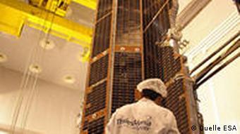 Die Außenhaut des Satelliten GOCE ist von Solarzellen bedeckt
