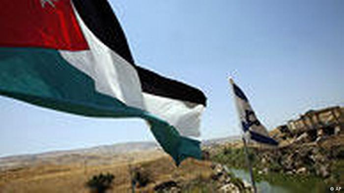 Israel Jordanien Brücke über den Fluß Jordan mit Flaggen (AP)