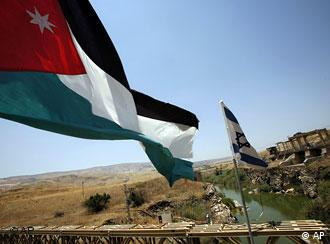 پلی بر فراز رود اردن با پرچمهای فلسطین و اسرائیل (عکس از آرشیو)