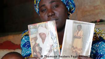 Nigeria | Mutter mit Fotos ihrer 2014 entführten Tochter