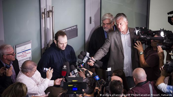 Joshua Boyle talking to reporters in Toronto (picture alliance/dpa/AP Photo/Canadian Press/C. Katsarov)