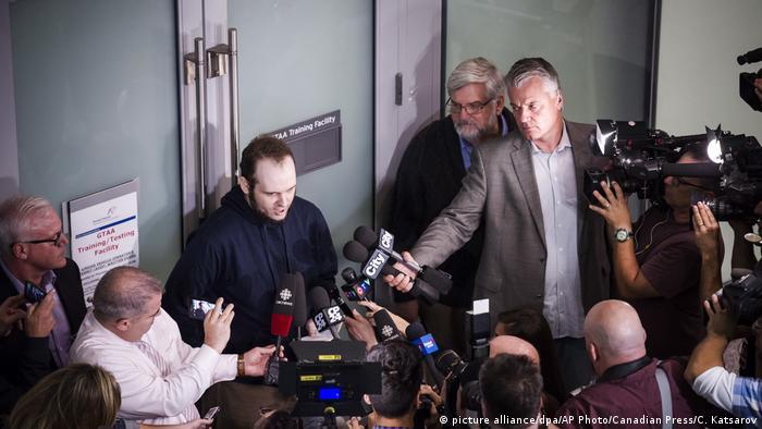 Australien Joshua Boyle kommt am International Airport in Toronto an (picture alliance/dpa/AP Photo/Canadian Press/C. Katsarov)