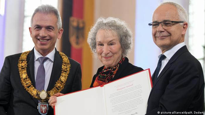 Margaret Atwood receiving the prize (picture-alliance/dpa/A. Dedert)