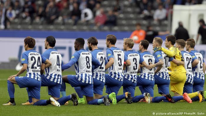 Bundesliga - Hertha gegen Schalke: Hertha Spieler knien vor Anpfiff des Spiels