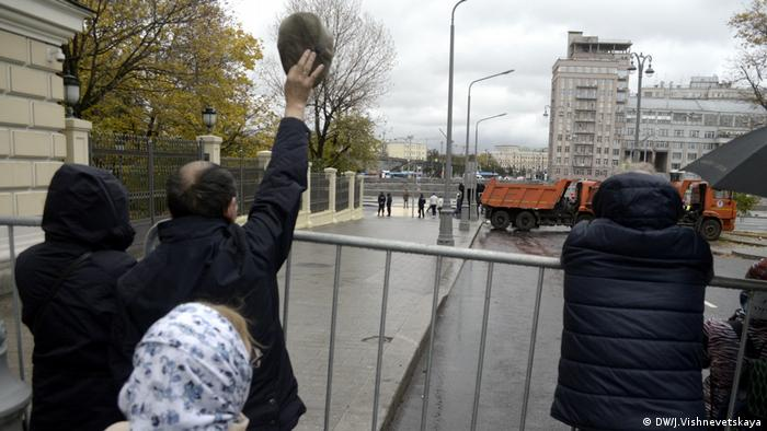 Москвичи из-за ограды наблюдают за карнавалом по случаю ВФМС-2017