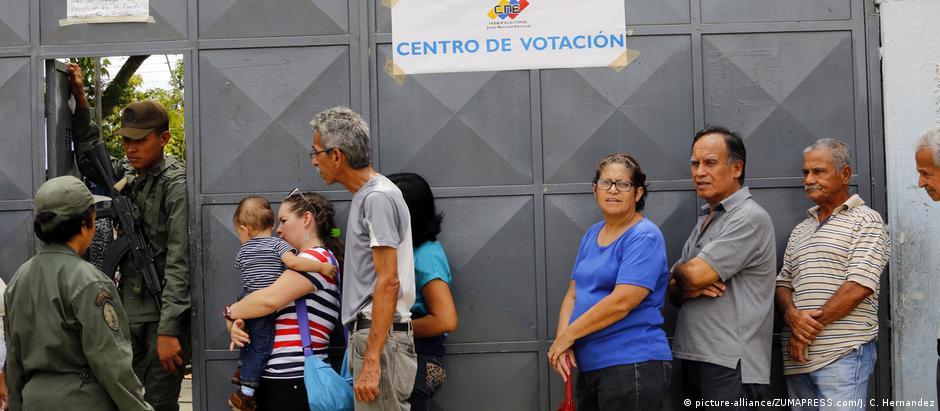 Segundo denúncia da oposição, funcionários do CNE e Guardia Nacional Bolivariana teriam se recusado a fechar locais de voto