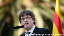 Der katalanische Regierungschef Carles Puigdemont nimmt an einer Zeremonie in Gedenken an den Todestag von Lluis Companys am 15.10.2017 auf dem Montjuic Friedhof in Barcelona (Spanien) teil. Anlässlich des 77. Todestages des vom Franco-Regime hingerichteten SeparatistenLluis Companys legte Puigdemont Blumen am Grab des früheren Regionalpräsidenten nieder. Foto: Manu Fernandez/AP/dpa +++(c) dpa - Bildfunk+++ |