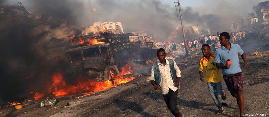 Caminhão explodiu na rua KM4 no distrito de Hodan, em Mogadíscio, causando a morte de 300 pessoas