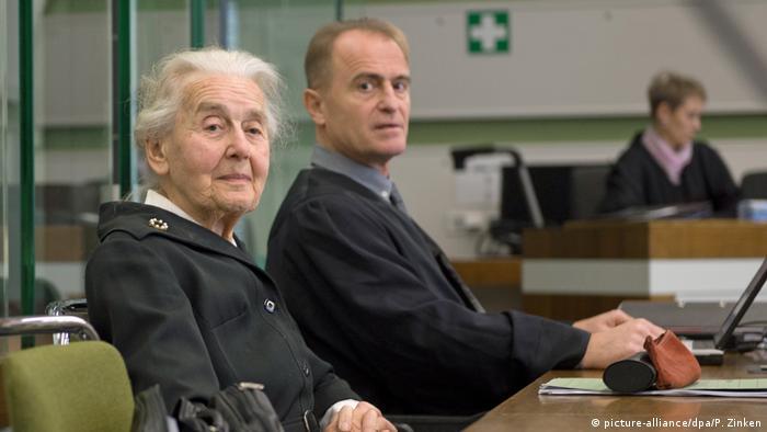 Урсула Хафербек со своим адвокатом в зале суда