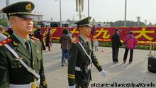 16.10.2017 +++ Bewaffnete Polizisten patrouillieren am 16.10.2017 in Peking über den Platz des Himmlischen Friedens. In der kommenden Woche findet in Peking der 19. Parteitag der Kommunistischen Partei Chinas statt, im Rahmen dessen der chinesische Präsident Xi wahrscheinlich für eine zweite Amtszeit bestätigt wird. Foto: Kyodo/dpa +++(c) dpa - Bildfunk+++ |