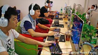 Mehrere Chinesen sitzen vor Computern in einem Internet-Cafe in Peking.