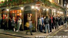 Besucher vor einem Pub in London