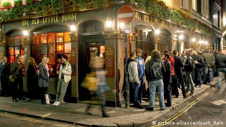 Visitors in front of a pub in London (picture-alliance/dpa/A. Rain)