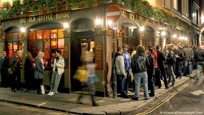 Besucher vor einem Pub in London (picture-alliance/dpa/A. Rain)