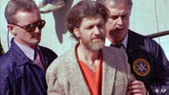 3. April 1996 – Der Unabomber wird verhaftet Mit der Verhaftung des ehemaligen Universitätsprofessors Theodore John, genannt Ted, Kaczynski in der Einöde von Montana endet am 3. April 1996 die 17 Jahre dauernde Suche des FBI nach dem sogenannten Unabomber. In der Zeit von 1978 bis 1995 verschickt der Täter insgesamt 16 Briefbomben. Die erste explodiert im Juni 1978 in der Universität von Chicago.