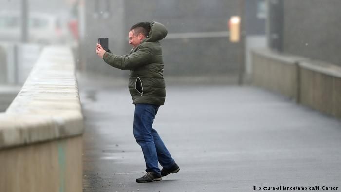 Man taking selfie (picture-alliance/empics/N. Carson)
