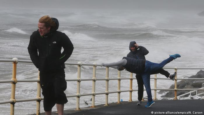 People standing near the sea as the storm comes in. (picture-alliance/empics/N. Carson)