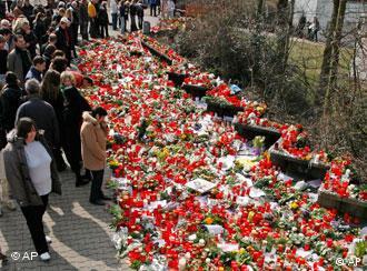 温嫩登实科中学外哀悼的人群