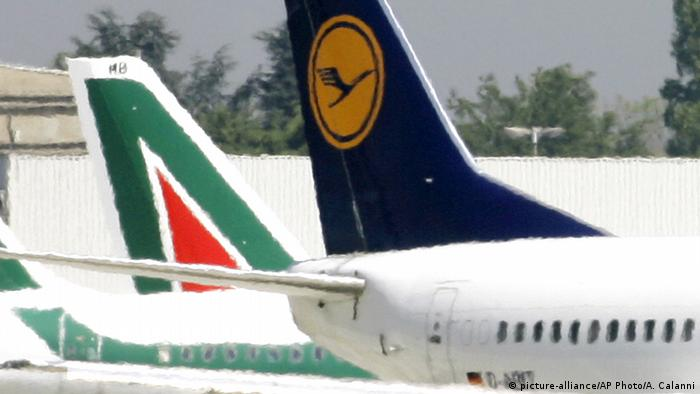 Italien Maschinen der Fluggesellschaft Alitalia und Lufthansa