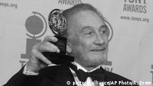 FILE - In this file photo dated Sunday, June 4, 2000, Roy Dotrice poses with his Tony award for Best Featured Actor in a Play for his work in A Moon For The Misbegotten, at the 54th annual Tony Awards ceremony in New York. The family of veteran British actor Roy Dotrice said Monday Oct. 16, 2017, that he has died aged 94, in his London home. (AP Photo/Richard Drew, FILE) |