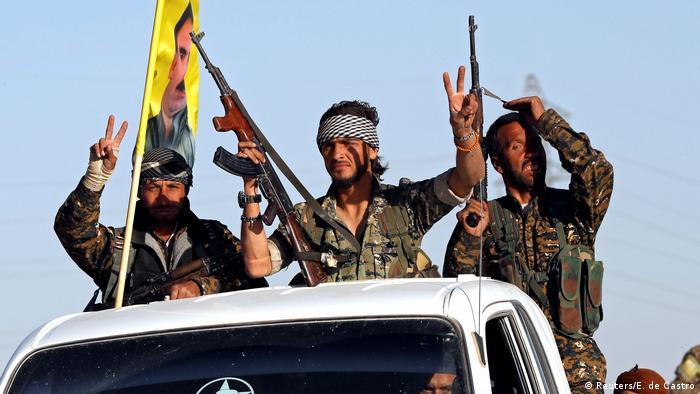 La agrupación antiyihadista anunció este 17 de octubre la toma del control total de la ciudad, pero todavía no la ha declarado libre de yihadistas, ante la posibilidad de que queden células durmientes en la urbe. Las FSD habían iniciado el 6 de junio pasado una ofensiva por la recuperación de Al Raqa, capital del califato proclamado por el EI en 2014.